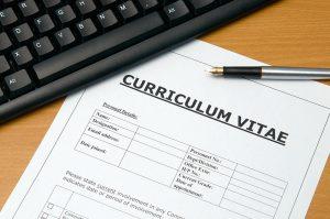 Images d'un CV avec un clavier et un stylo