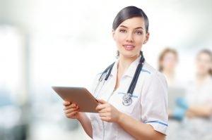 Médecin qui regarde des analyses