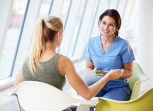 Médecin qui discute avec une patiente