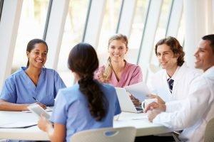 Groupe de médecins qui discutent ensemble